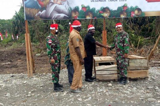 TNI bersama warga Amungme-Kamoro menggelar acara 'bakar batu'