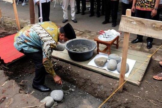 Nenek 86 tahun wakafkan tanah untuk masjid, wali kota peletakan batu pertama