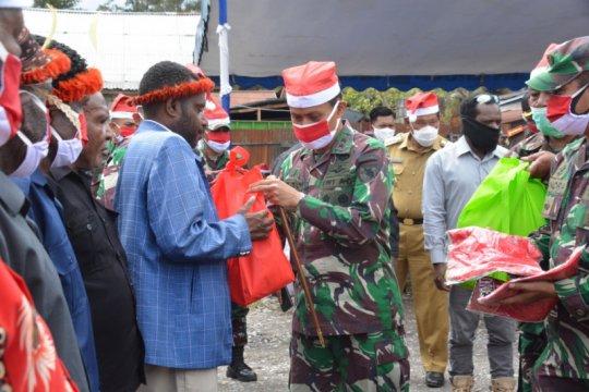 TNI-Polri  bersama warga Jayawijaya gelar acara bakar batu