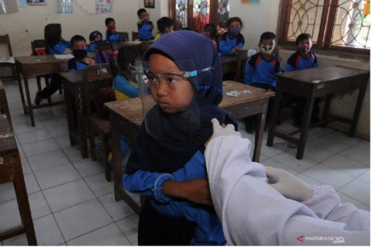 Suntikan vaksin TD siswa di kaki Merapi