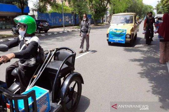 Peringati HDI 2020, warga disabilitas di Solo berbagi masker-nasi bungkus
