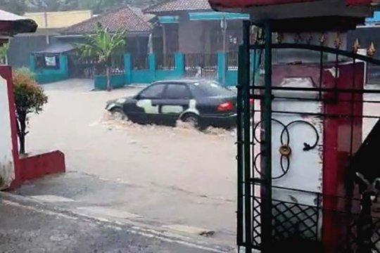 Arus kendaraan di jalur selatan  Jateng terganggu genangan air