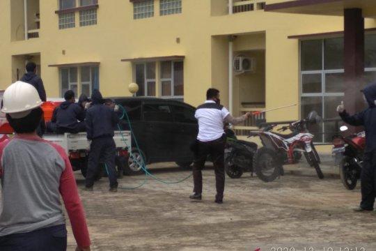 Relawan-Polres Mentok giatkan penyemprotan disinfektan fasilitas umum