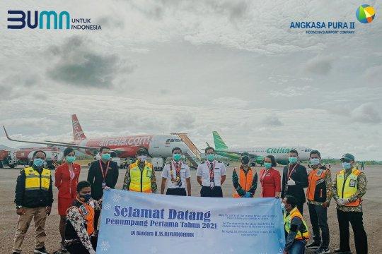 Penumpang pertama tahun 2021 Bandara Hanandjoeddin disambut kalungan bunga