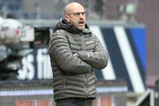 Pelatih Bayer Leverkusen Peter Bosz mengibarkan bendera putih