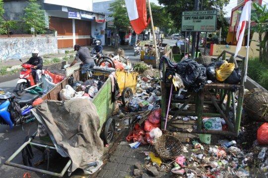 Sampah menumpuk akibat truk pengangkut tidak beroperasi