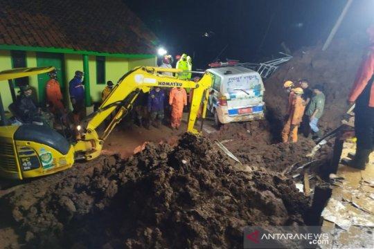Belasan warga ditemukan tewas akibat longsor