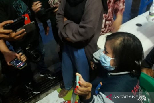 Ibunda Dinda Amelia terus bertahan di Bandara Supadio Pontianak