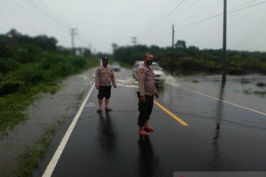 Sejumlah ruas jalan Mentok-Pangkalpinang mulai tergenang air