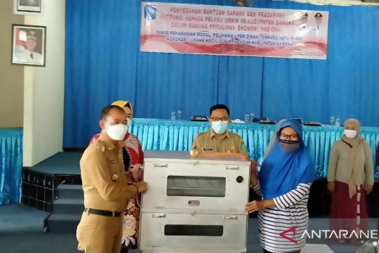 Pemkab Bangka menyalurkan bantuan sarana kerja UMKM