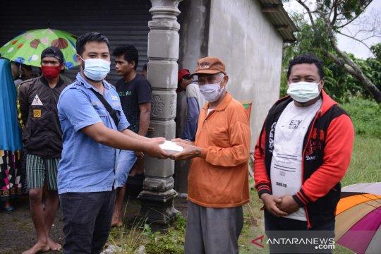 PT Timah Salurkan Bantuan Pangan Siap Saji untuk Korban Banjir di Kelurahan Sungailiat