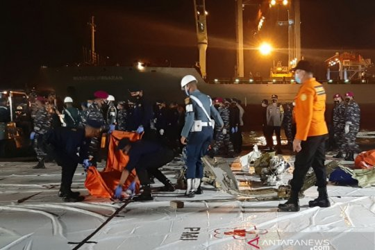 KRI Parang serahkan tiga kantong serpihan Sriwijaya Air ke Basarnas