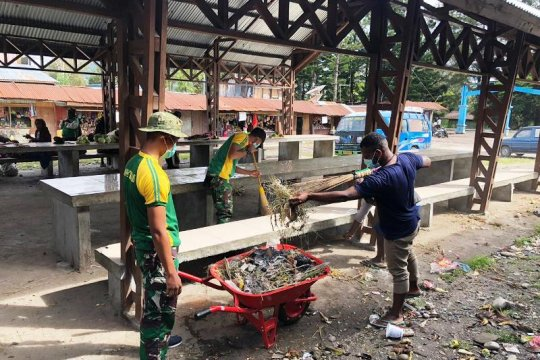 Satgas Yonif PR 432 Kostrad bersama warga kerja bakti bersihkan pasar Kimbim
