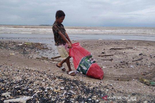 Warga Jepara berburu batu bara dari tongkang yang dihantam ombak