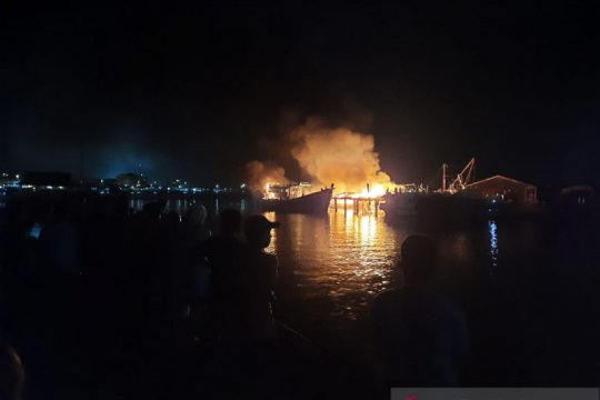 Kebakaran bengkel kapal di Tanjungpinang diduga karena arus pendek  listrik