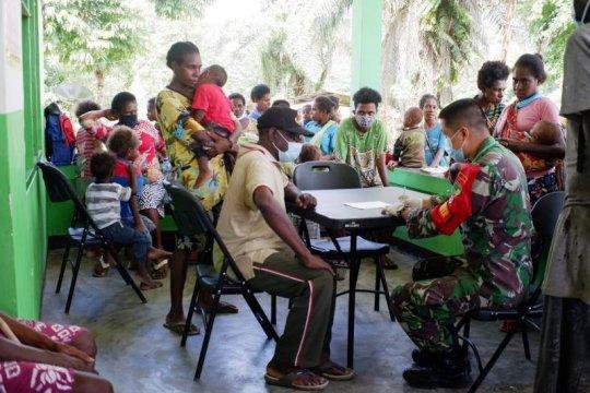 Satgas Yonif 756/WMS renovasi gereja dan layani kesehatan warga kampung Nayaro