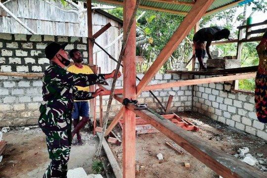 Babinsa Koramil Wartas bantu bangun rumah warga binaan