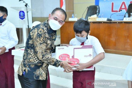 Bupati Bangka serahkan bantuan 30 unit laptop untuk siswa dan guru
