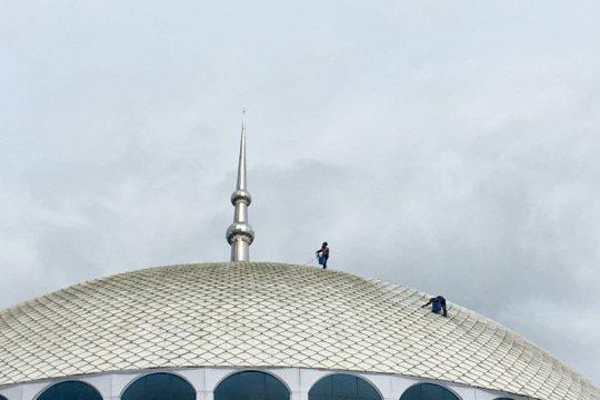 Membersih kubah Masjid Sulthan Mahmud Riayat Syah Page 1 Small