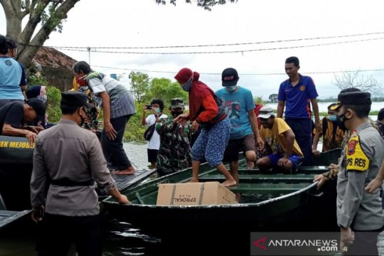 Anggota Polres Kudus bantu evakuasi korban banjir di Desa Payaman