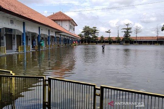 Tergenang banjir, Terminal Induk Jati Kudus lumpuh