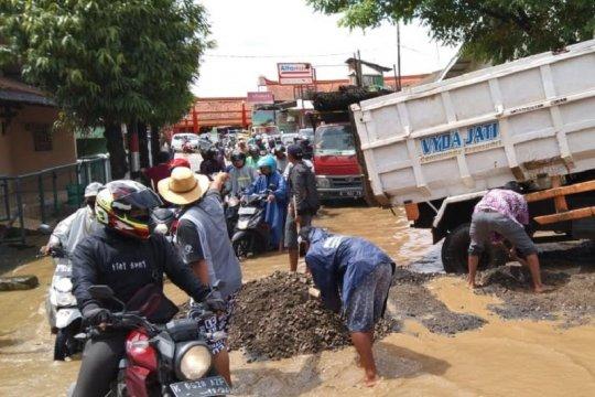 Pemerintah didesak segera perbaiki jalan rusak di Kudus