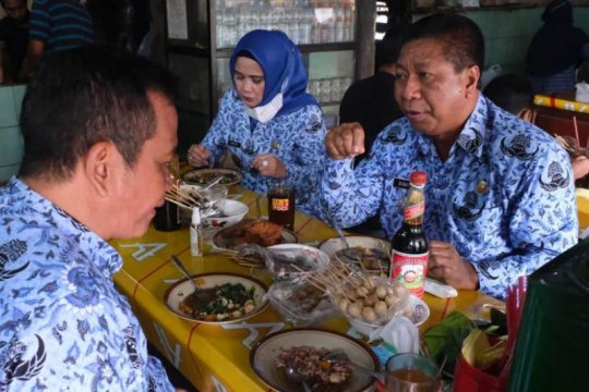 "Sebelum sertijab, Sigit dan Windarti sempatkan makan di Warung ""Bu Atmo"""