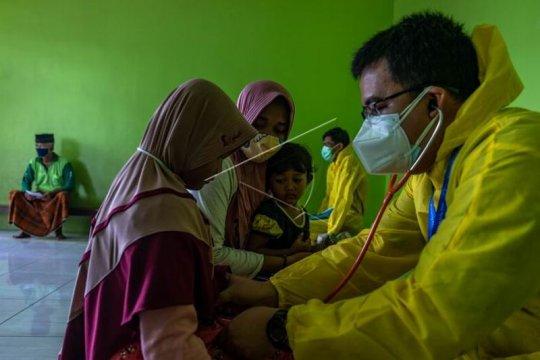 Pemeriksaan kesehatan warga korban banjir