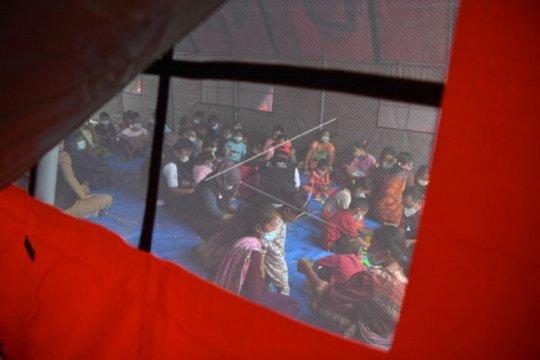 Puluhan pengungsi-relawan longsor Nganjuk diduga keracunan