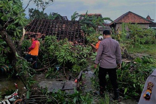 Karangsono Demak diterjang puting beliung, 171 rumah rusak