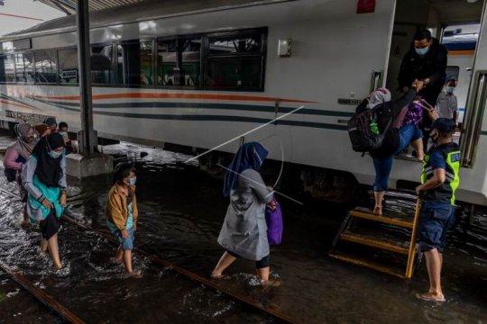 Stasiun Tawang terendam banjir