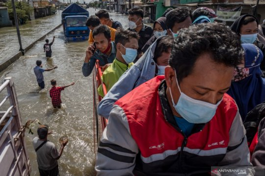 Warga menumpang truk evakuasi untuk tembus banjir Pantura