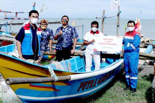 Pertamina Cilacap serahkan satu unit perahu fiber untuk nelayan