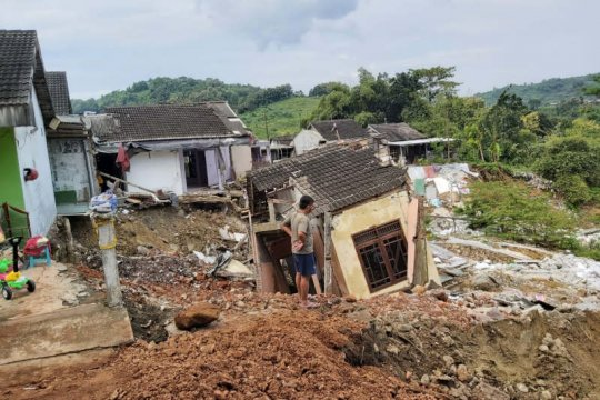 Tanah longsor di Perumahan BMP Gunungpati akibatkan 8 rumah roboh
