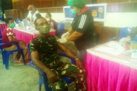 Babinsa Koramil Yaptim di pulau Yapen terima suntikan vaksin Sinovac