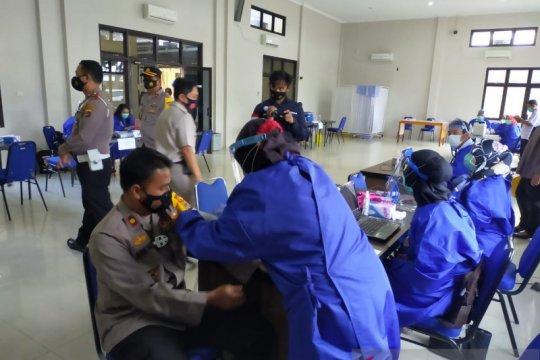 244 personel Polres Bangka Barat divaksin COVID-19 secara bertahap