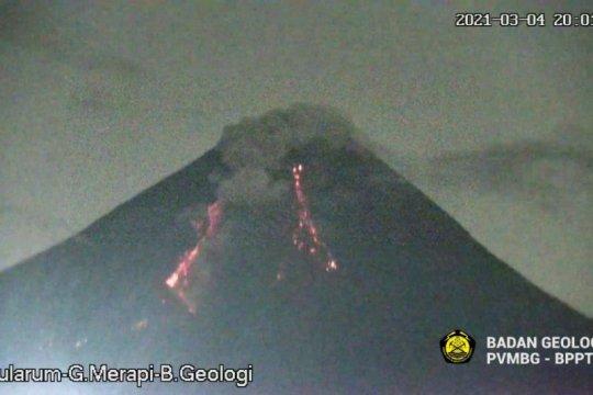 Gunung Merapi meluncurkan awan panas guguran pada Kamis malam
