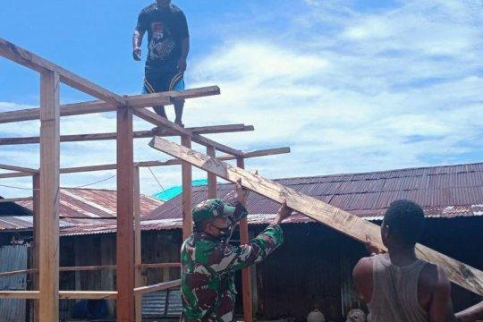Babinsa Koramil Yapsel bantu bangun rumah warga binaan