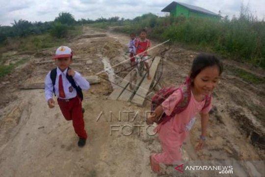 Akses Jalan Desa Terpencil Rusak Parah Di Dharmasraya