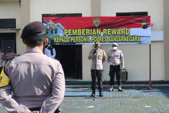 Polres Banjarnegara beri penghargaan pada 13 anggota berprestasi