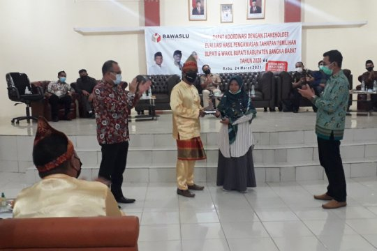 Bawaslu Bangka Barat beri penghargaan petugas pengawas TPS inspiratif