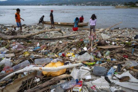 Air pasang bawa sampah plastik