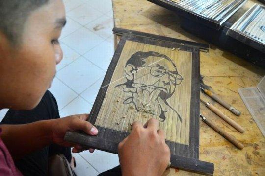 Kerajinan lukisan dari bambu Page 2 Small