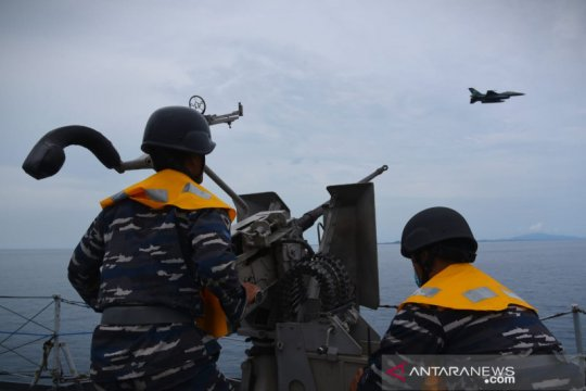 Pesawat temput TNI AU F-16 hadir saat latihan Operasi Amfibi 2021