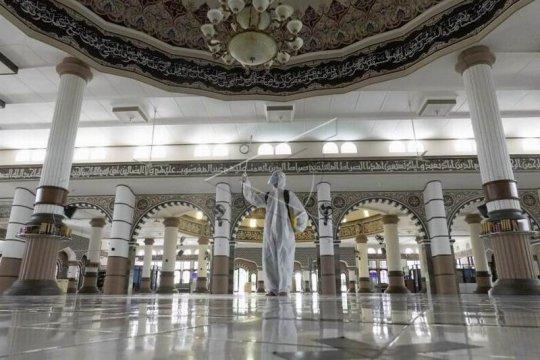 Penyemprotan disinfektan di masjid Page 2 Small