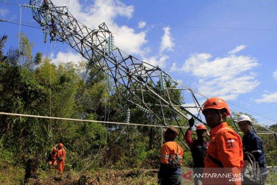 Perbaikan  jaringan listrik penghubung Pulau Timor yang roboh akibat Siklon Seroja