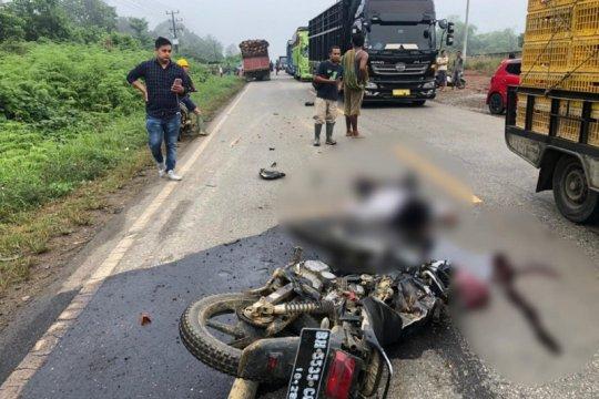 Suami istri tewas akibat motornya menabrak truk sawit