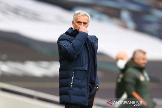Mourinho utamakan perburuan empat besar  ketimbang menjuarai Piala Liga