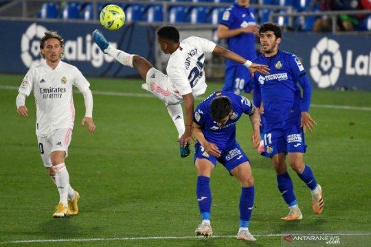 Real Madrid gagal mempertahankan jarak dari Atletico Madrid di puncak klasemen