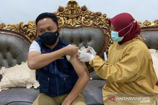 Bupati Bantaeng beri contoh suntik vaksin saat berpuasa bukan hambatan